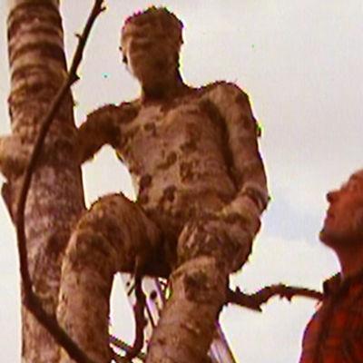 Olavi Lanu tarkastelee patsastaan 1980.