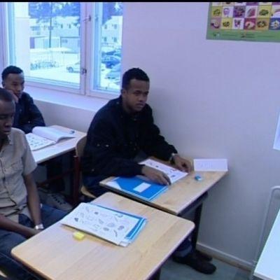Flyktingar lär sig finska