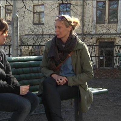 Sonja Vartiala, verksamhetsledare för Finnwatch och Jessica Stolzmann, Svenska YLE.