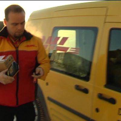 Tomi Saarinen levererar paket för DHL Express