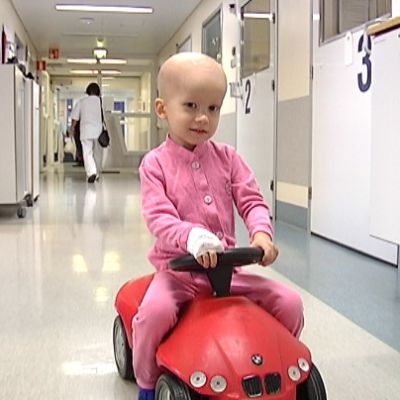 sairas poika ajaa osaston käytävää leluautolla