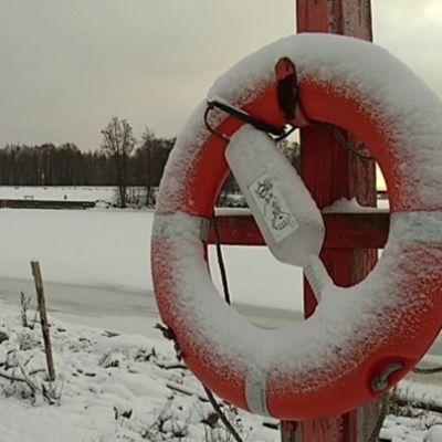 Pelastusrengas talvisella rannalla.