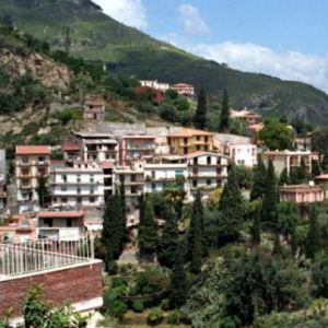 Hotelleja Taorminan aurinkoisessa rinteessä.