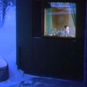 Eugen Strengell kuvattuna kotinsa ulkopuolelta ohjelmassa Joulukortti työttömältä (1980)