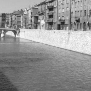 Floden Miljacka rinner genom staden Sarajevo.