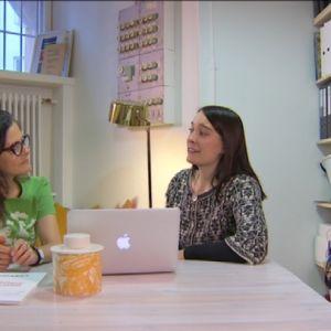 arkkitehti Hilla Rudanko ja toimittaja Liisa Vihmanen istuvat läppärin äärellä