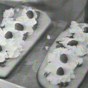Kakkupohjalla tuoreita vadelmia ja kermavaahtoa