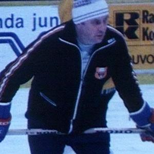 """Reino """"Pappa"""" Ruotsalainen valmensi 1987 Kouvolan KooKoota."""