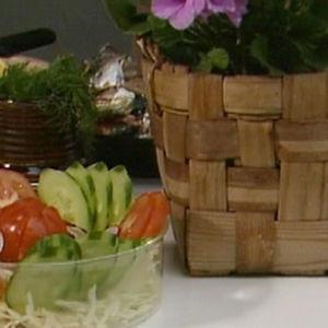 Kesäkeittössä valmistetaan vihannesalaattia