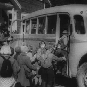 Koululaisia menossa linja-autoon