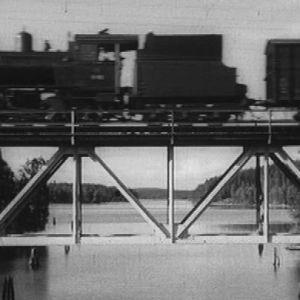 Juna kulkee sillalla