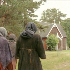 Kuvassa spitaaliset kävelevät kohti kirkkoa