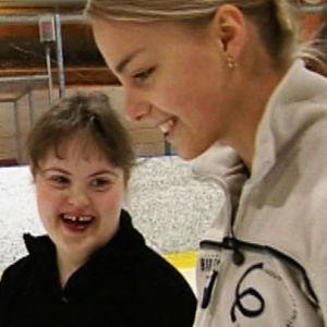 Taitoluistelijat Kiira Korpi ja Sanna Mähönen yhdessä jäähallilla.
