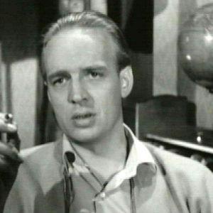 Kosti Klemelä väestönsuojelusta kertovassa valistusfilmissä savuke kädessään.