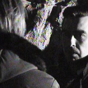 Toimittaja Timo Putkonen haastattelee huumekauppiasta hämärässä luolassa tai tunnelissa vuonna 1968.