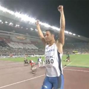 Tero Pitkämäki tuulettaa Osakan stadionilla 2007