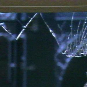 Pommin särkemä ikkuna Valkealan vastaanottokeskuksessa.