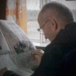Mies lukee lehteä ohjelmassa Muistoja läskikapinasta
