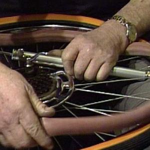 Kasmasiini ohjelmassa vaihdetaan polkupyörän sisäkumi (1984).
