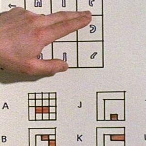 Uuden visuaalisen kirjainkoodausjärjestelmän esittelyä teollisen muotoilun lopputyönä Taideteollisessa korkeakoulussa 1979.