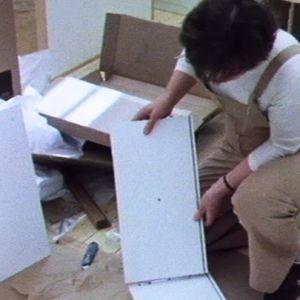 Sisustusarkkitehti Pirkko Stenros kokoaa Muuramelle suunnittelemiaan Moduli-kaappeja 1981