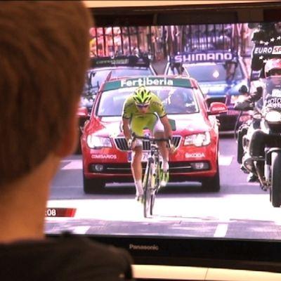 Mies katsoo Eurosportilta pyöräilyä