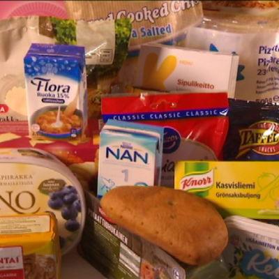 palmuöljyä sisältäviä elintarvikkeita pöydällä (marraskuussa 2014)