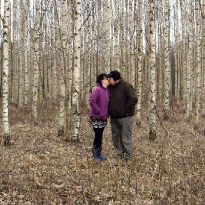 Sveta ja Mika pussaavat metsässä