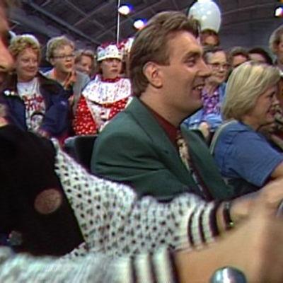 Joel Hallikainen ja Timo Koivusalo pelaavat pelikonsolilla Tampereen pelimessuilla 1994