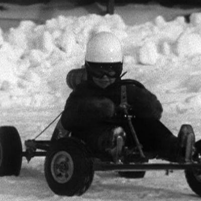 Nuori poika mikroautoilee talvella 1970.