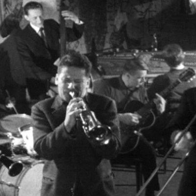 Pekka Mäyrämäki Dixieland Band esintyy Old House Jazz Clubissa tv-filmissä Jazzia vanhasta talosta (1961).