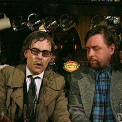 Kaksi miestä baarissa