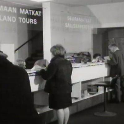 På en turistbyrå, 1966