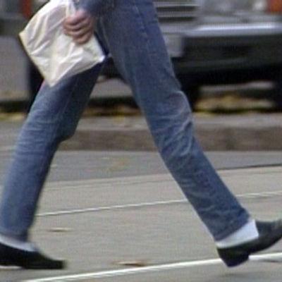 Mies kävelee Helsinginkadulla Helsingissä.