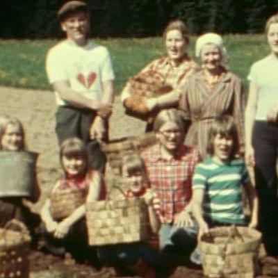 Laulava Kankaan perhe 1975.