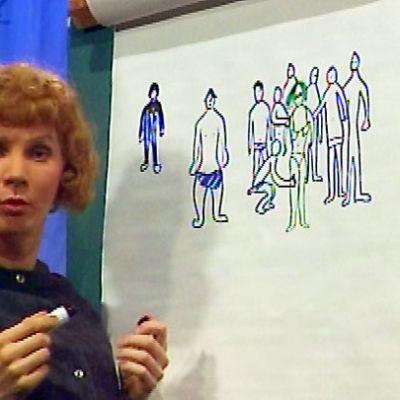 Fylli-täti (Pirkka-Pekka Petelius) piirroksensa äärellä.