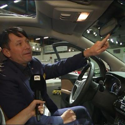 Rami Kittilä, vd för Opel Finland visar hur den nya teknologin i bilarna fungerar.