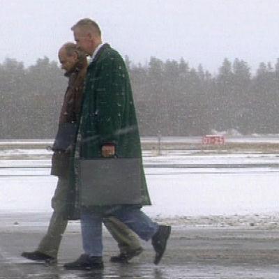 Seppo Juurikko ja Pertti Lindeman lentokentällä.