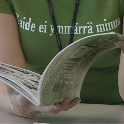 Nainen lukee kirjaa