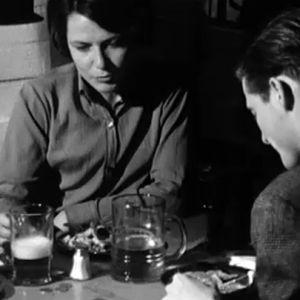 Nainen ja mies istuvat ravintolapöydässä.