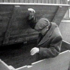 Koditon mies puisessa laatikossa