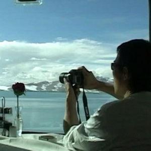 Turisti ottaa kuvaa Tiibetiin vievän junan ravintolavaunun ikkunasta