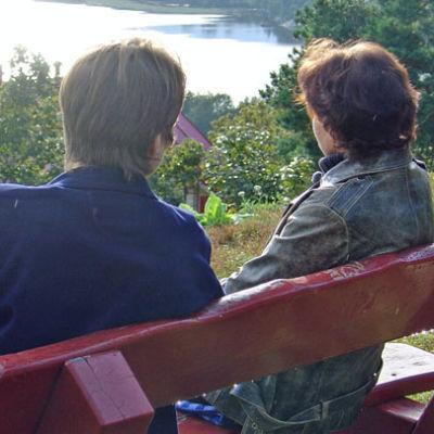 kaksi ihmistä istuvat penkillä
