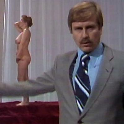 Ahdistuksesta kertova reportaasi alkaa alastoman naisen pukemisella (1982).