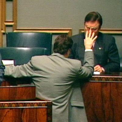 Eduskunta keskustelee EU-ratkaisusta marraskuussa 1994. Puhumassa Pertti Paasio, Ilkka Kanerva selin