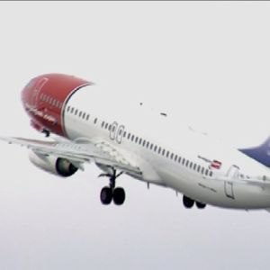 Norwegianin kone nousee kiitoradalta.