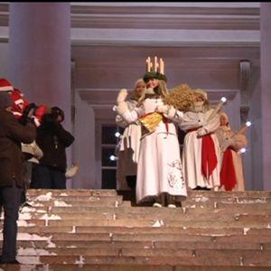 Lucia 2010 skrider ner för domkyrkans trappor