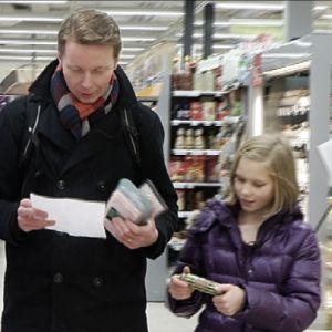 Christian Lindberg gör veckoinköp med dottern Ingrid.