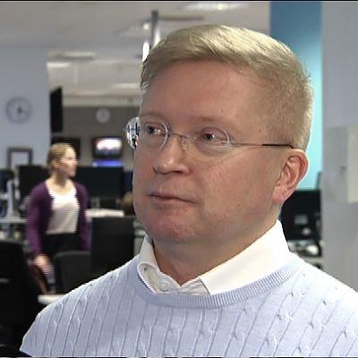 Toimittaja Pertti Seppä on tehnyt selkokielisiä uutisia yli 20 vuotta.