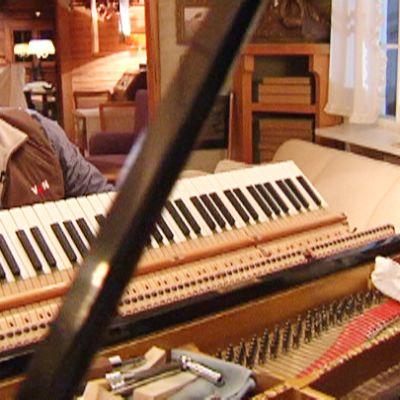 Mes pianon koskettimien takana.